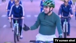 Туркманистон президентининг велосипед мингани туркман телеканалларида жонли тарзда кўрсатилди.