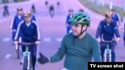 Президент Туркменистана Гурбангулы Бердымухамедов организовал кампанию по поощрению езды на велосипеде. 3 августа 2013 года.