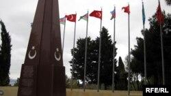 Թուրքիայի և Ադրբեջանի դրոշները Բաքվի «Շեհիդների ծառուղում»