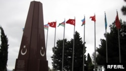 Azerbaijan -- Flags of Azerbaijan and Turkey wave together at Turkish Martyrs' Lane in Baku, 28Oct2009
