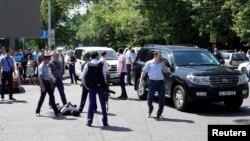 Полицияның қарулы шабуыл жасады деген күдіктіні ұстау сәті. Алматы, 18 шілде 2016 жыл.