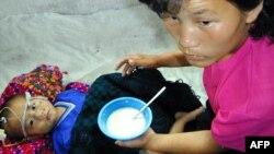 مادر و کودک کرهای دچار سوءتغذیه، در بیمارستانی در استان پیونگانگ جنوبی در کره شمالی