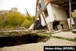 Дмитрий Абжанның бір бөлігі құлап, бір жағына жантайып қалған үйі.