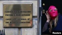 O sprijinitoare a grupului Pussy Riot la Consulatului General al Rusiei de la Edinburgh, Scoția, 17 august 2012.