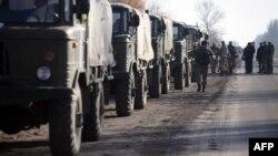 Донецк облысында жүрген украин әскері мен әскери техникалары. 7 қараша 2015 жыл.