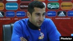 Armenia - Henrikh Mkhitaryan, the national football team captain, speaks at a news conference in Yerevan, 4Oct2017.