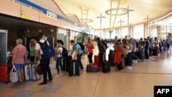6 ноября, аэропорт Шарм-эш-Шейха, очередь на один из пунктов контроля
