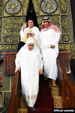 Қағба ішінен шығып келе жатқан Емомали Рахмон отбасы. Сауд Арабиясы, 4 қаңтар 2015 жыл.