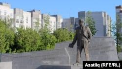 Казанда татар шагыйре Һади Такташка куелган һәйкәл