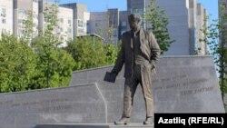 Казанда 2017 елда ачылган Һади Такташ һәйкәле