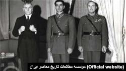 محمدرضا شاه پهلوی در کنار ریدر ویلیام بولارد (سمت چپ)، سفیر بریتانیا در تهران و ژنرال ویول، فرمانده انگلیسی نیروهای متفقین