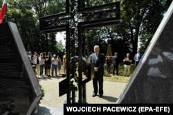 Президент України вшановує пам'ять жертв українців, убитих вояками польських «Селянських батальйонів» та Армії крайової у 1944 році. Сагринь, Польща, 8 липня 2018 року