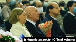 Türkmenistanyň at gazanan medeniýet işgäri Rejep Rejebow (ortada)