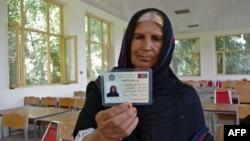 Əfqanıstan - qadın öz seçici kartını nümayiş etdirir, 27 iyul 2013