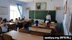 Урок в средней школе в сельской местности. Южно-Казахстанская область, сентябрь 2017 года.