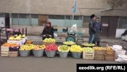 Женщина, торгующая фруктами на базаре в городе Андижане. 28 января 2015 года.
