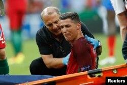 Лідер і капітан збірної Португалії Кріштіану Роналду залишає поле під час фінального матчу зі збірною Франції. 10 липня 2016 року
