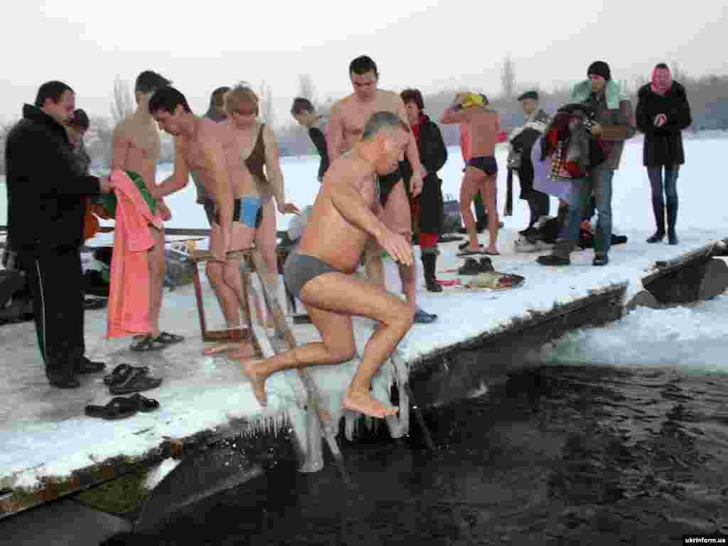 На Водохреща в Донецьку почали купатися в ополонці з ночі, 19 січня.