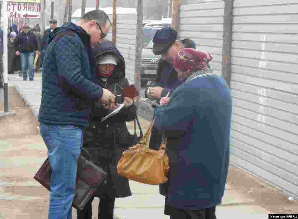 Для перехода границы люди заполняют таможенные декларации. Стоящие на границе женщины из числа местных жителей предлагают свои услуги по заполнению деклараций - 100 тенге за один документ.