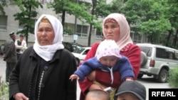 Ноокат окуясы боюнча айыпталгандардын жакындары Жогорку Сот алдында.14-май, 2009-жыл.