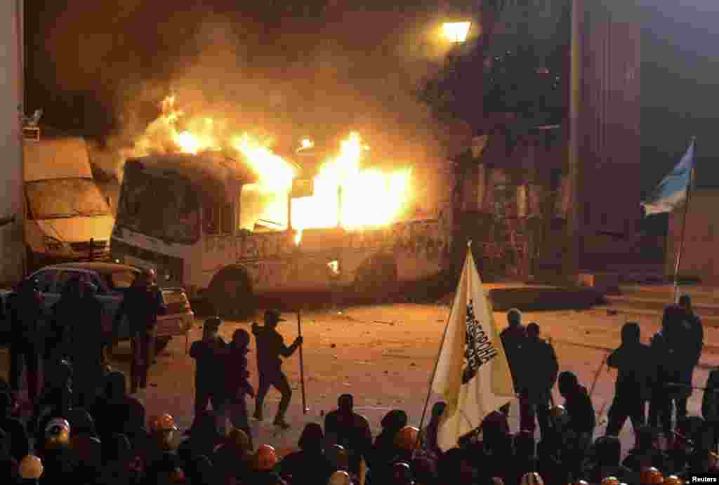 19 січня на вулиці Грушевського в центрі Києва демонстранти підпалили автобуси силовиків. Вулиця Грушевського стала епіцентром тривалого протистояння. Тут не стихали вибухи світло-шумових гранат, лунав шум від ударів бо металічних бочках, які замінювали учасникам Революції гідності барабани, і не раз звучали постріли зі зброї.