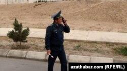 Aşgabatda näbelli adamlar gije 'protest bildirip, köçe germewlerini goparýar'