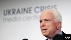 John McCain gjatë një konference për shtyp në Kiev të Ukrainës