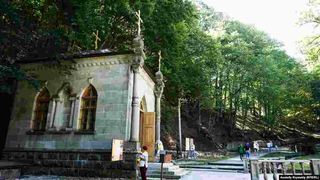 Кам'яна каплиця біля святого джерела – єдина будова, що збереглася з моменту зведення храму в другій половині XIX століття
