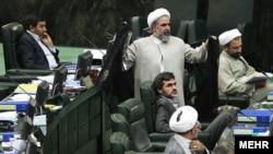 روحالله حسینیان در مجلس (نفر ایستاده).