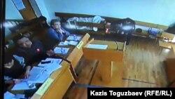 Соттағы жарыссөз кезінде белсенді Ермек Нарымбаев орындықта жатыр. Алматы, 22 қаңтар 2016 жыл.