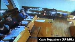 Ермек Нарымбаев лежит на скамье в зале суда во время прений сторон. Алматы, 22 января 2016 года.