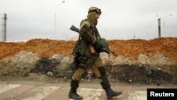 Представник угруповання бойовиків неподалік Авдіївки (фото за 17 березня 2016 року)