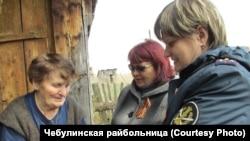 Анну Федоровну Конюшенко поздравляют сотрудницы ФСИН