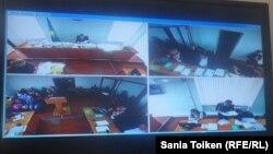 Макс Боқаев пен Талғат Аянның соты көрсетіліп отырған монитор. Атырау қалалық №2 соты, 13 қазан 2016 жыл.