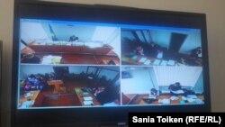 Атыраудағы сот барысын журналистер бөлек бөлмеге орнатылған монитор арқылы бақылап отыр. Атырау, 13 қазан 2016 жыл.