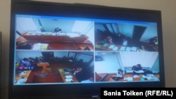 Суд над гражданскими активистами из города Атырау Максом Бокаевым и Талгатом Аяном на экране монитора, установленного в отдельной комнате для представителей СМИ.
