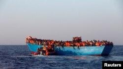 Мигранты на судне в Средиземном море