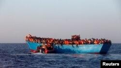 Жерорта теңізінің Ливия жағалауына жақын тұсында қайықпен Еуропаға бет алған миграттар. (Көрнекі сурет.)