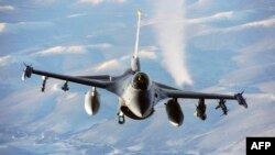 Военный самолет F-16 в небе над Аляской. Иллюстративное фото.