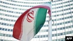 پرچم ایران در مقابل مقر آژانس بینالمللی انرژی اتمی در وین