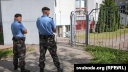 Тінту жүргізіліп жатқан TUT.BY порталының кеңсесі алдында тұрған милиция қызметкерлері. Минск, 7 тамыз 2018 жыл.