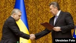 Александр Якименко (сол жақта) мен Виктор Янукович. Киев, 10 қаңтар 2013 жыл.