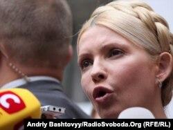 Юлія Тимошенко перед Печерським райсудом Києва у серпні 2011 року