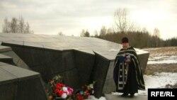 Леанід Акаловіч у часе малітвы за ахвяраў ІІ усясьветнай вайны, Хатынь, 22 сакавіка 2008 году