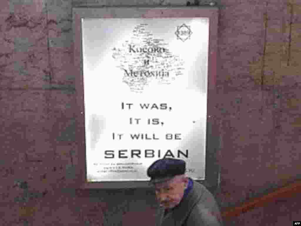 Сербия, 3 декабр - Харитаи Косово дар деворе дар Белград - пойтахти Сербия - Марди солхӯрдае аз назди харитаи Косово дар яке аз деворҳои Белград убур дорад. Коршиносон мегӯянд, музокироти миёни Сербия ва Косово дар мавриди ояндаи ин минтақа ба бунбаст гирифтор шудааст