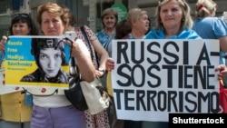 Акция в поддержку Надежды Савченко в Милане во время визита в Италию президента России Владимира Путина