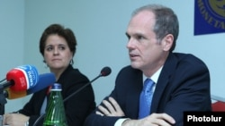 Armenia - Mark Horton (R), head of an IMF mission, at a news conference in Yerevan, 30Sep2014.