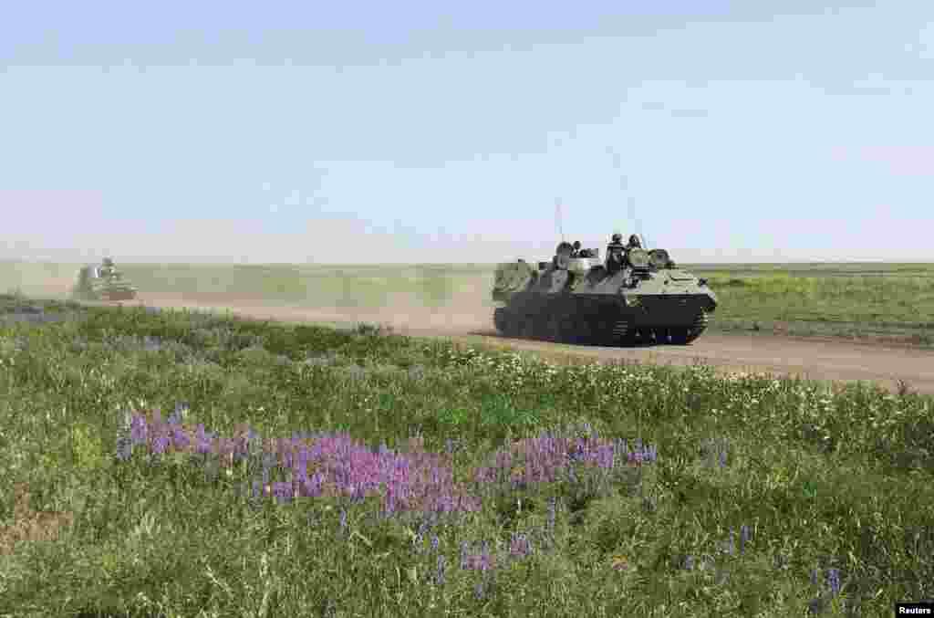 Военная техника в Кузьминском вблизи российско-украинской границы. На значительной части техники не видно маркировки, а многие солдаты носят камуфляж без опознавательных знаков. Нескоторые сказали, что отправлены на учения, и их присутствие здесь с ситуацией на Украине не связано.26 мая 2015