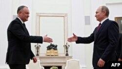 Ігор Додон (л) перший закордонний візит на посаді президента Молдови здійснив до Москви, до президента Росії Володимира Путіна (п), 17 січня 2017 року