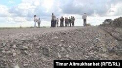 Рабочие на автобане Центр — Восток, строительство которого приостановлено. Павлодарская область, 26 июля 2016 года.